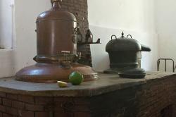 Destilační aparatura. Kredit: Zde, Wikimedia Commons. Licence CC 4.0.