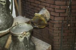 Detail starého destilačního zařízení. Kredit: Zde, Wikimedia Commons. Licence CC 4.0.