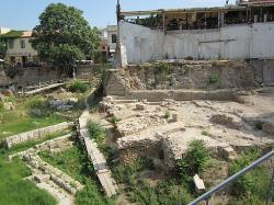 Malovaná stoa, prostor stoické školy, v troskách. Kredit: Tomisti, Wikimedia Commons.