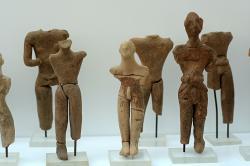 Ithyfaličtí panáčci, drobné terakoty. Siteia (Sitia), 2000-1425 před n. l. Archeologické muzeum v Ag. Nikolau. Kredit: Zde, Wikimedia Commons.