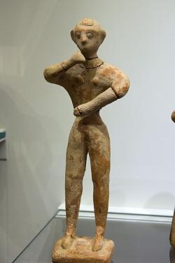 Figurka muže v postoji uctívání. Chamezi, období prvních paláců, 1900-1700 před n. l. Archeologické muzeum v Irakliu (Herakleion). Kredit: Zde, Wikimedia Commons.