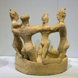 Čtyři muži v kruhovém tanci, v prostoru, který je ohraničen rohy zasvěcení, což značí náboženský charakter scény. Kamilari, období nových (druhých) paláců, 1650-1450 před n. l. Archeologické muzeum v Irakliu (Herakleion), skříň 98. Kredit: Zde, Wikimedia Commons