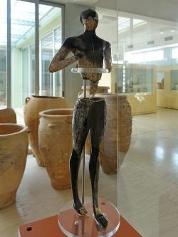 """""""Kúros"""" z Palaikastra, 1480-1425 před n. l. Archeologické museum v Sitii. Kredit: Olaf Tausch, Wikimedia Commons."""