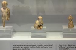 Figurky ze slonoviny, malé děti a žena. Palaikastro, 1600-1450 před n. l. Archeologické muzeum v Irakliu (Herakleion). Kredit: Zde, Wikimedia Commons.