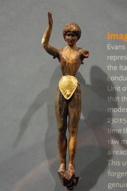 The Boy-god figurine, Knóssos, rané 20. století n. l. Ashmolean Museum, Oxford, AN 1938.692. Kredit: Zde, Wikimedia Commons.