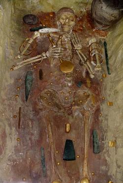 Pohřeb se zlatým pokladem a ochranou penisu. Pohřebiště u Varny, 4600 až 4200 před n. l. Kredit: Wikimedia Commons