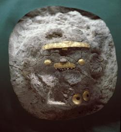 Zlaté ochrany a ozdoby částí obličeje. Pohřebiště u Varny, chalkolit, 4600 až 4200 před n. l. Kredit: Wikimedia Commons.