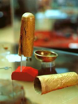 Zlaté funerální prezervativy. Alaca Höyük, 3. tisíciletí před n. l. Kredit: Wikimedia Commons.