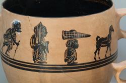 Průvod uctívačů nebo pohřební průvod, každopádně vedený kozou. Detail parodické scény na kabeirské keramice, 425 až 400 před n. l. Archeologické muzeum v Thébách. Kredit: Zde, Wikimedia Commons.