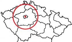 Křídová perioda a s ní celá druhohorní éra skončila před 66 miliony let dopadem planetky Chicxulub do oblasti dnešního Mexického zálivu. Na této mapce je zobrazen přibližný poměr velikostí planetky samotné (červená tečka) a výsledného srážkou vzniklého kráteru (červený kroužek) v porovnání s rozlohou České republiky. Podle některých výzkumů by však mohl být kráter Chicxulub ve skutečnosti ještě výrazně (zhruba o třetinu až polovinu) větší. O kráteru ani o impaktu z konce křídy každopádně neměl před stoletím nikdo sebemenší tušení. Kredit: Phoenix CTE; Wikipedie (CC BY-SA 4.0)