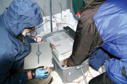 Krehbiel s Thomasem při instalaci automatické sledovací stanice na Aljašce.