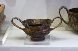 Hrníček s polychromní dekorací. Palaikastro, 2100-1800 před n. l. Archeologické muzeum v Irakliu (Herakleonu). Kredit: Zde, Wikimedia Commons.