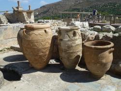 Zásobnicové nádoby (pithoi) v Knóssu, v okolí Jižního vchodu. Kredit: Deror_avi, Wikimedia Commons