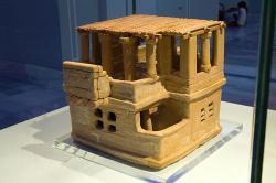 Keramický model domu. Střecha je novodobá rekonstrukce. Archanes, 1700 před n. l. Archeologické muzeum v Irakliu (Herakleonu), 19410. Kredit: Zde, Wikimedia Commons.