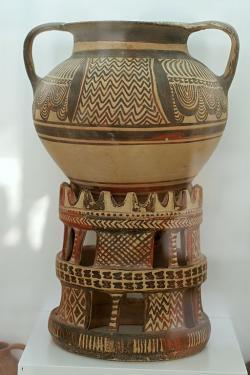 Velká nádoba na zásobu vody při obřadu. 1350-1300 před n. l. Archeologické muzeum v Ag. Nikolau, no. 12684. Kredit: Zde, Wikimedia Commons.