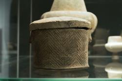 """Keramická válcová pyxis s víčkem, rytý """"rybí"""" dekor, asi 15 cm. Nález zostrova Antiparu, 3200 - 2800 před n. l. Britské muzeum, GR 1889.12-12.3, BM Cat Vases A311. Kredit: Zde, Wikimedia Commons."""