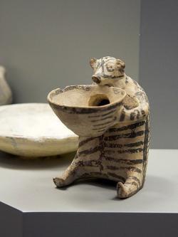 Rhyton v podobě medvěda zostrova Syru, 2800 - 2300 před n. l. Národní archeologické muzeum v Athénách, N 6176. Kredit: Zde, Wikimedia Commons.