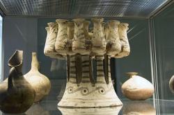 Mnohočetný kernos (a další kykladská keramika) z Mélu, Fylakopi I., 2300 - 2000 př. n. l. Britské muzeum, GR 1865.12-14.1 BM Cat Vases A344. Kredit: Zde, Wikimedia Commons.