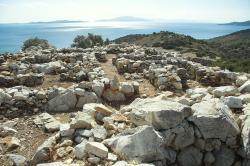 Zbytky starokykladského sídla z 3. tisíciletí před n. l. Korfari ton Amygdalon (Mandlové návrší) nad zálivem Panormos na Naxu. Kredit: Zde, Wikimedia Commons.