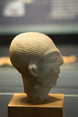 Hlava muže z ostrova Amorgu, 2800 až 2300 př. n. l. Torzo mramorové figury vysoké původně asi 45 cm. Ashmolean Museum v Oxfordu, AE 147. Kredit: Zde, Wikimedia Commons.
