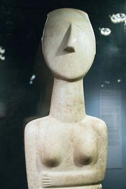 Možná je to prý kultovní socha, vysoká 1,40 m. EC II, kultura Keros-Syros. Goulandrisovo Muzeum kykladského umění v Athénách, 724. Kredit: Zde, Wikimedia Commons.