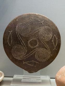 """Kykladská """"pánvička"""" z Naxu, EC I / II, kultura Kampos, asi 2800-2700 před n. l. Národní archeologické museum v Athénách, 6140.4. Kredit: Zde, Wikimedia Commons."""