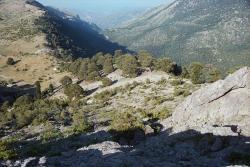 Z hledání Hermovy jeskyně: Vlevo planina Dasiou, vpravo údolí Flambouritsa. Kredit: Zde, Wikimedia Commons