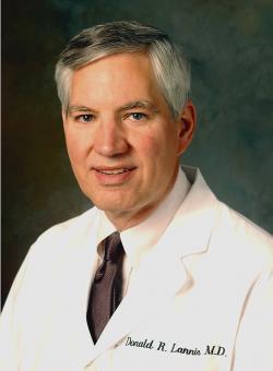 """Donald R. Lannin, profesor chirurgie, onkolog, výkonný ředitel Yale Cancer Center:  """"Jsou malé rakoviny prsu dobré, protože jsou malé nebo malé, protože jsou dobré?"""""""