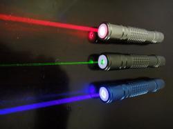 Vkaždém laserovém ukazovátku se ukrývá tepelné peklo elekronů. Kredit: Netweb01 / Wikimedia Commons.