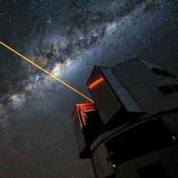 Budeme střílet lasery na hvězdy? Kredit: ESO / G. Hüdepohl.