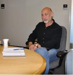 Leonard Susskindje profesoremteoretické fyzikynaStanfordově univerzitěa ředitelem Stanfordského institutu pro teoretickou fyziku.Je považován za jednoho z tvůrcůteorie strun.  (Autor: Jonathan Maltz – Photograph taken by me., GFDL).