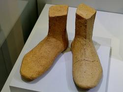 Socha bohyně ve svatyni u Anemospilia měla boty z páleného jílu, 1700 až 1650 před n. l. Archeologické muzeum v Irakliu (Hérakleon) na Krétě. Kredit: Olaf Tausch, Wikimedia Commons.