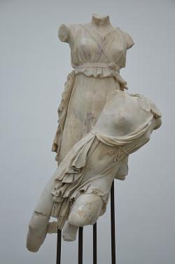 Artemis unáší Ifigenii. Ny Carlsberg Glyptotek Copenhagen. Kredit: Carole Raddato, Wikimedia Commons.