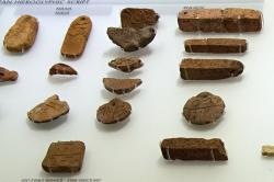 Nápisy krétským (minojským) hieroglyfickým písmem z různých míst Kréty, 2100-1700 před n. l. Archeologické muzeum v Irakliu (Herakleonu). Kredit: Zde, Wikimedia Commons. Licence CC 4.0.