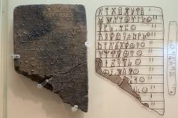 Tabulka s nápisem v lineárním písmu B, soupis jmen žen. Mykény, 1300-1250 před n. l. Archeologické muzeum v Mykénách, MM 2058. Kredit: Zde, Wikimedia Commons. Licence CC 4.0.