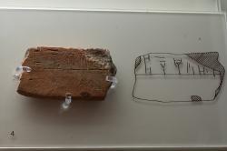 """Tabulka s nápisem v lineárním písmu B z kultovního centra v Mykénách: """"Athéna přijímá."""" 1400-1180 před n. l. Archeologické muzeum v Mykénách, MM 2045. Kredit: Zde, Wikimedia Commons. Licence CC 4.0."""