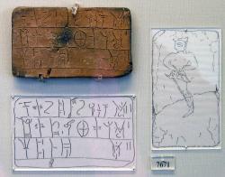 """Tabulka s lineárním písmem B. Zaznamenává množství vlny, která má být barvena. """"Pro Iasea, výrobce στορτά (typ tkaniny), barvená vlna; pro dceru (jménem) O-te-ra, vlna; pro (muže) I-ta-da-wa, dvě (dávky) vlny. Rytá postava je na reversu. Národní archeologické muzeum v Athénách, 7671 (MY Oe 106). Kredit: Marsyas, Wikimedia Commons. GNU Free Documentation License."""