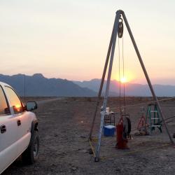 Snímek zařízení, jímž vědci z Bigelow Laboratory for Ocean Sciences získávali z hloubek země vzorky v Údolí smrti (Kalifornie, USA). I tam se přítomnost mikrobů Candidatus Desulforudis podařilo prokázat. Kredit: Duane Moser, Desert Research Institute.