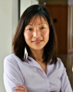 Popiska Akiko Iwasaki, imunoložka na Howard Hughes Medical Institute, profesorka na Yale University v New Haven, USA. (Kredit: YU)