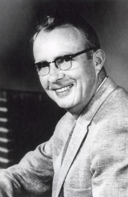 Duchovní otec impaktní teorie o vymírání K-Pg, fyzik Luis Walter Alvarez (1911-1988) by prozatím mohl zůstat klidný. Jeho teorie zformulovaná roku 1980 je s jistými úpravami stále v plné platnosti.  Převzato z Wikipedie, volné dílo.