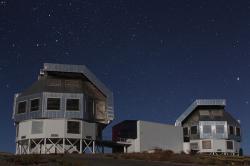 Megallanovy teleskopy observatoře Las Campanas. Clayův teleskop vpravo. Kredit: Jan Skowron / Wikimedia Commons.
