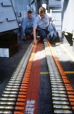 Nejčastější formou využití ochuzeného uranu je munice. Na obrázku jsou střely Mark 149 Mod 2 20mm proPhalanx CIWSna paluběUSS Missouri.