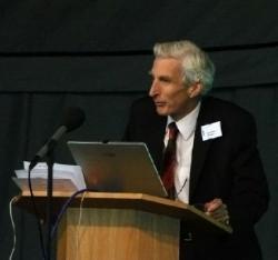 Martin John Rees kosmolog a astrofyzik, členSněmovny lordů, kterému královna v roce 2005 udělila titulBaron Rees ofLudlow, na projektu Breakthrough Iniative nevidí nic špatného ani v jeho části s úmyslem vysílat vzkazy jiným civilizacím.
