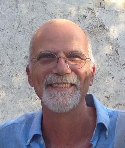 """Profesor Maurizio Prato, myšlenkový vedoucí kolektivu nanotechnologické studie momentálně sedí na dvou ždlích. Jednak jako profesor organické chemie vyučující na University of Trieste v Itálii a ještě přitom  stíhá  ve Španělsku výzkumnický  vedlejšák v CIC BiomaGUNE v San Sebastiánu: """"Pro obnovení ztracených synapsí, jimiž nervové buňky komunikují, je potřeba v poškozené oblasti stimulovat růst neuronů a vytvořit jakési neuronální """"protézy"""". Nanotrubky z uhlíku se k tomu jeví být vhodné""""."""