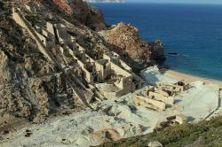 Odtud ze zálivu Thiafes se síra vyvážela až do roku 1958, hlavně pro francouzské vinaře. Pak to převálcovaly levnější zdroje ve třetím světě. Kredit: Zde, Wikimedia Commons .