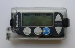 Programovateľné inzulínové pumpy sú tiež možným cieľom neoprávneného prenastavenia s potenciálne fatálnymi následkami, hlavne typy, ovládateľné cez smartfón.