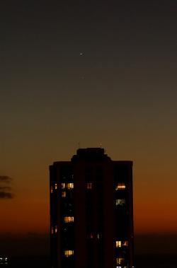 Venuše a Merkur 7. 1. 2015 z Honolulu, teď je ale víc vpravo a níž, zvláště ze střední Evropy. Zato Venuše je teď jasnější. Kredit: Daniel Ramirez, Wikimedia Commons .