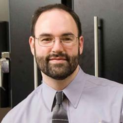 Popiska Michael Strano, profesor chemického inženýrství na MIT a vedoucí výzkumného kolektivu má na svém kontě celou řadu inovací. Svítícím rostlinám předcházela příprava plodin schopných odhalovat výbušniny. Kredit: MIT.