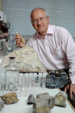 """Profesor Mike Benton z University of Bristol: """"Dinosauři ze zatím neznámého důvodu, přišli o schopnost se přizpůsobovat a to bylo příčinou jejich konce.""""  (Kredit: UB)"""