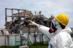 Tým IAEA zkoumá areál jaderné elektrárny ve Fukušimě. Kredit: Greg Webb / IAEA.